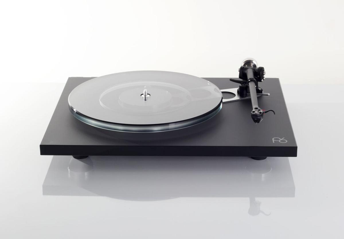 Rega Planar 6 Plattenspieler mit NEO-PSU Netzteil mit Excalibur Black MC Tonabnehmer